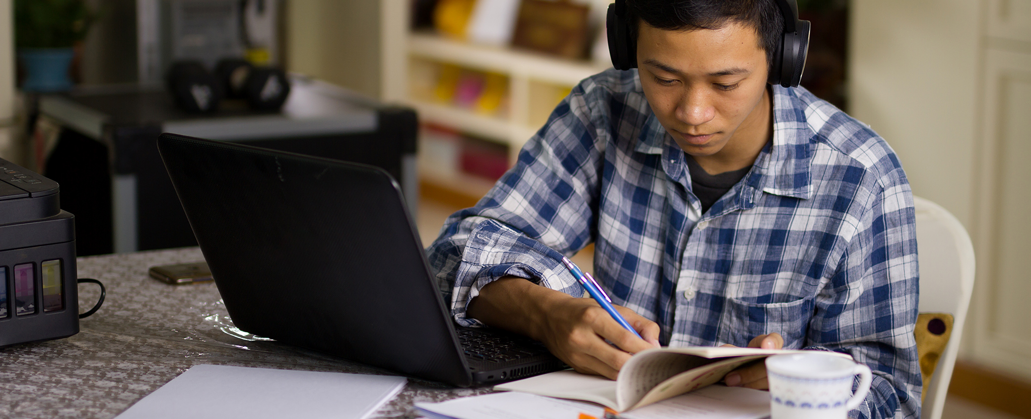 A student studies from his home office.